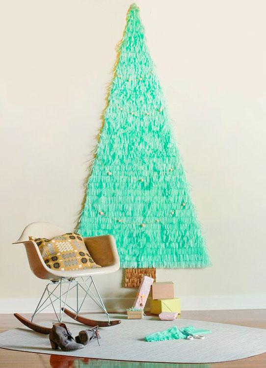 Árvore de Natal na parede com papel de seda