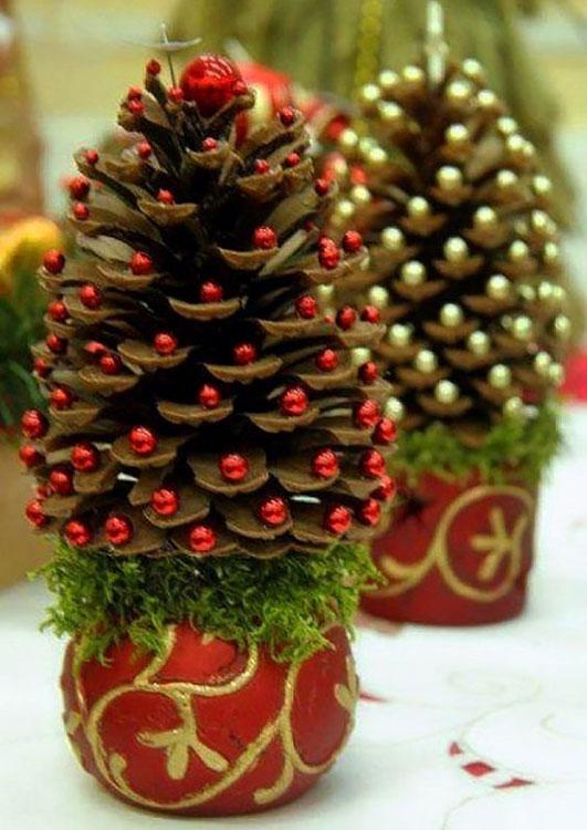 Mini árvores de Natal com pinhas