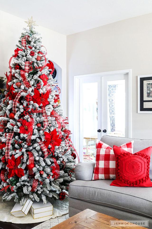 Árvore de Natal com tons de vermelho e branco