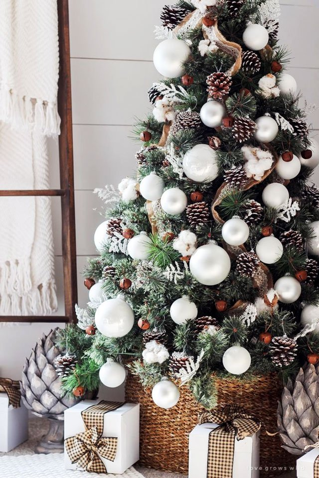 Árvore de Natal com pinhas e bolas brancas