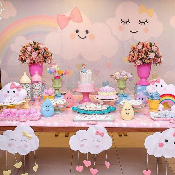 Decoração Chuva de Amor: Nuvens de feltro na mesa do bolo