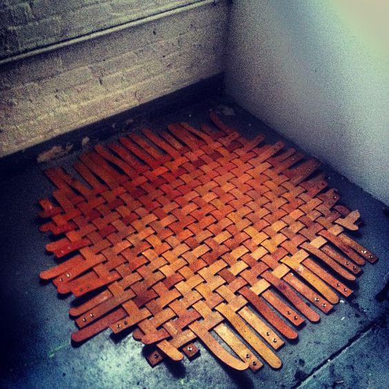 Tapete de Couro: Tapete feito com cintos de couro
