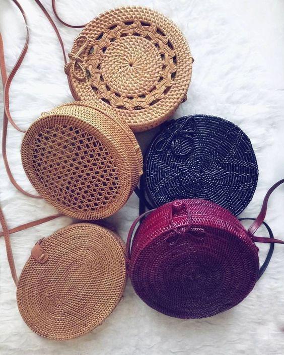 Bolsas de palha coloridas