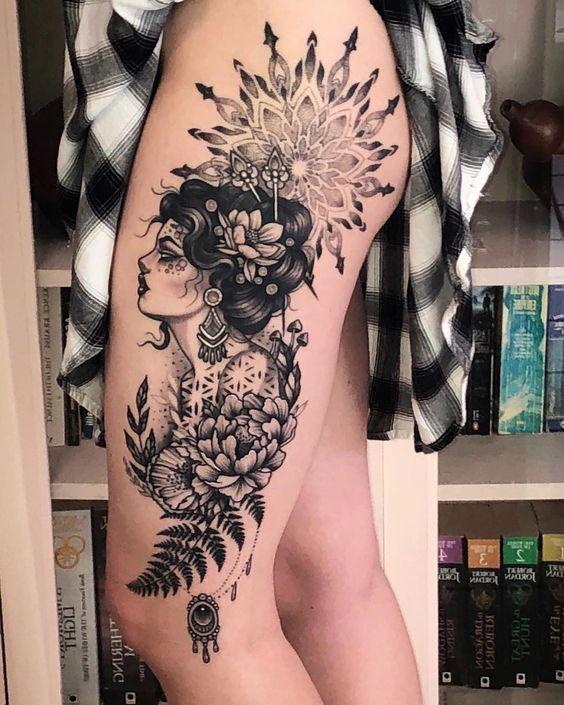 Tatuagem de gueixa na coxa