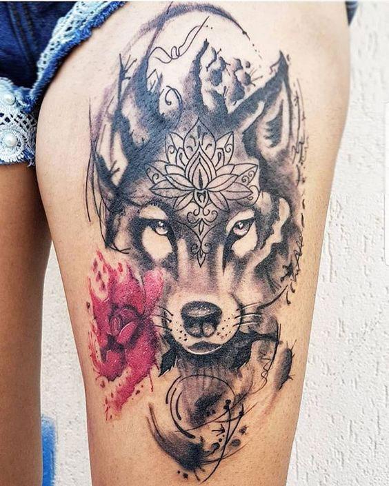 Tatuagem feminina na coxa de loba