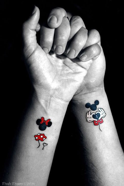 Tatuagens no pulso do Mickey e Minnie