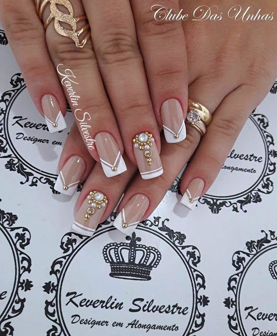 Unhas decoradas com aplique de pedrarias