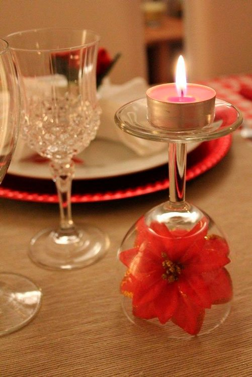 Decore com as velas a mesa de jantar