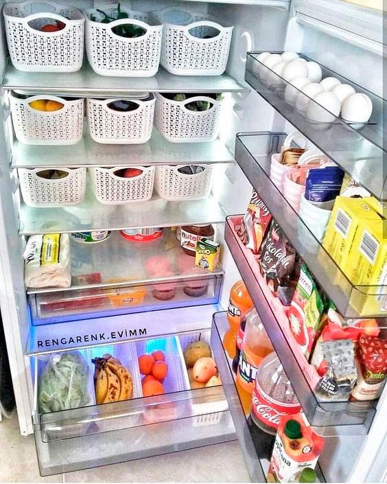 Use cestos plásticos na geladeira