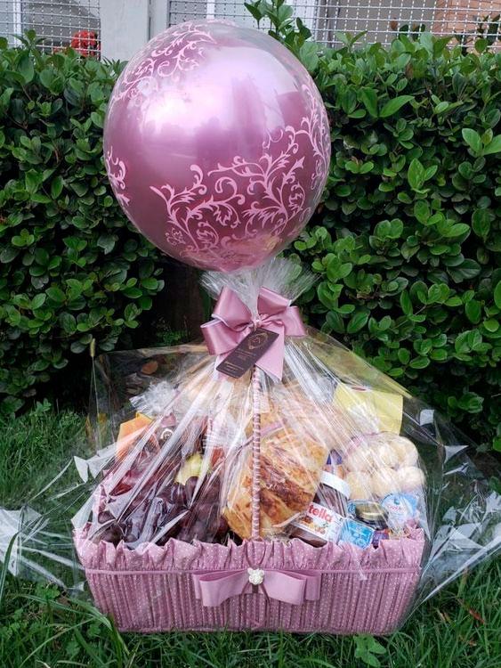 Cesta de café da manhã com balão lilás