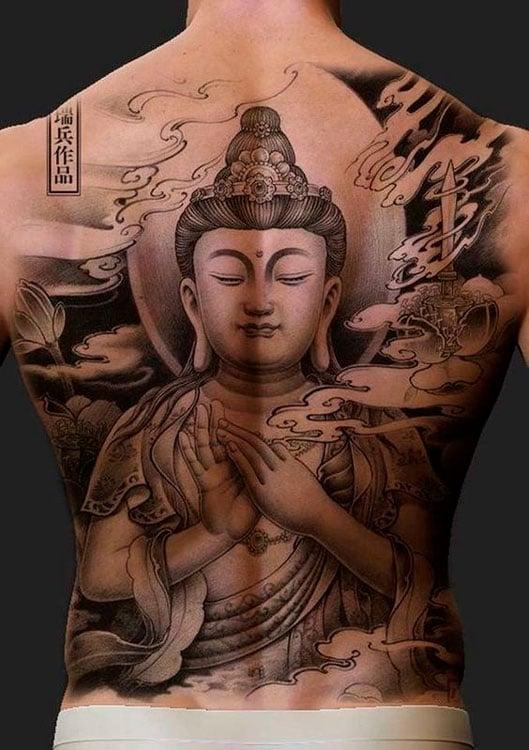 Tatuagem de buda nas costas masculina