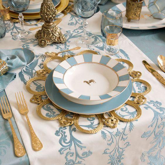 Crie uma decoração na mesa de jantar tom sobre tom